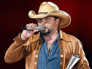 Jason Aldean fangirls over Trisha Yearwood during ACM speech