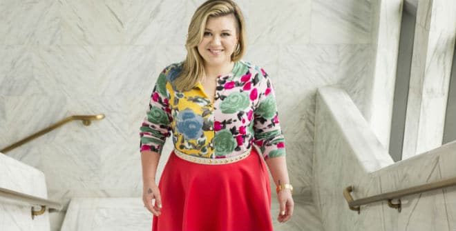 Kelly Clarkson's Christmas Card Takes the Throne