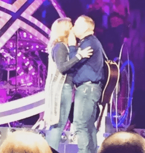 trisha-yearwood-garth-brooks-kiss