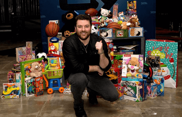 Tennessee Native Chris Young Donates Toys to Gatlinburg Families
