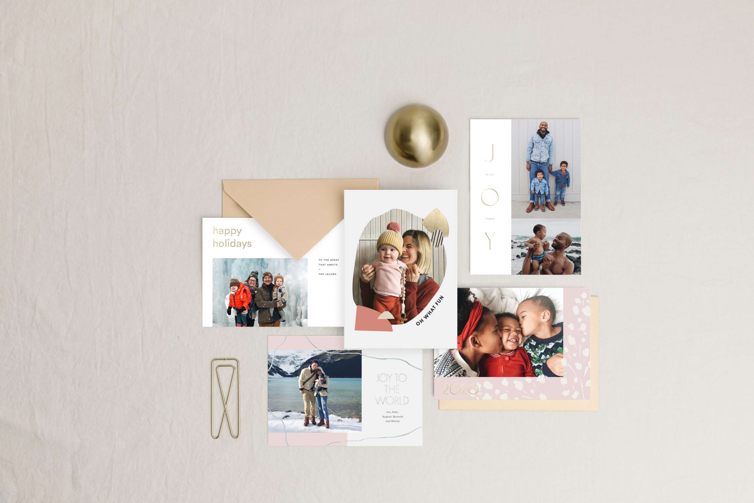 20191002-holiday-cards-collection-gold-envelopes-top-down-on-linen