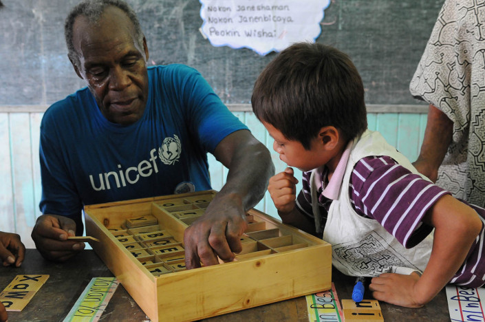 UNICEF Goodwill Ambassador and internationally-renowned American Actor Danny Glover works with children in a school in the Peruvian Amazon.