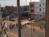 Policías corriendo de los protestantes en el estado Vargas   iJustSaidIt.com