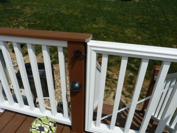 Locking gate for pool