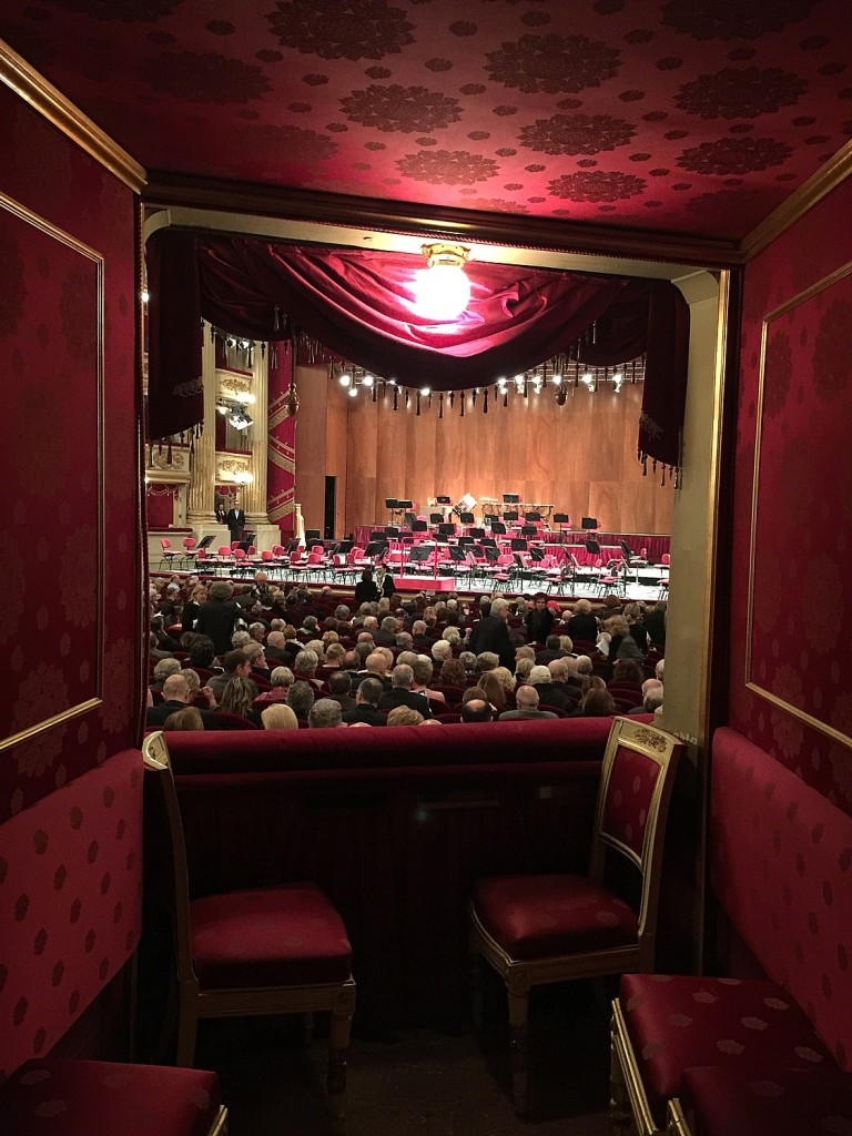 First glimpse the orchestra through the open doors of the palci, the balcony boxes lining the horseshoe auditorium (photo by Leiberman-Nemett)