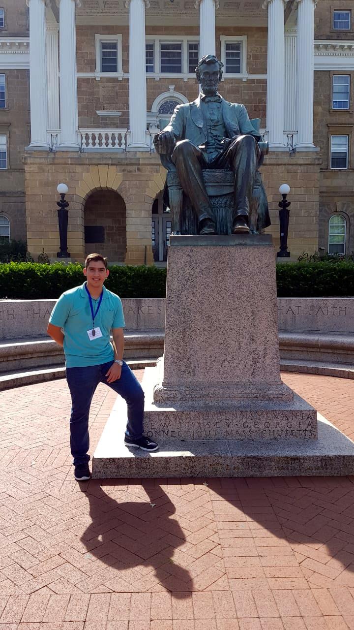 Otoniel con la estatua de Lincoln