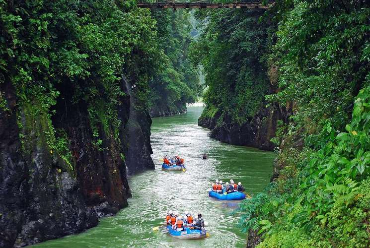 Arrival at Pacuare Lodge by rafting