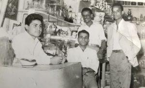 ٢٣/٨/,بغداد, سوق الشورجة, من اليمين: سعيد, جبر واقفا, تقي كرماني جالسا ومحمد حسين