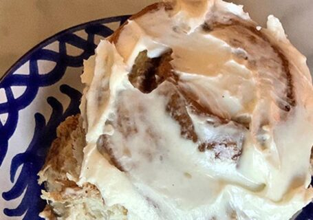 cinnamon-roll-blue-plate
