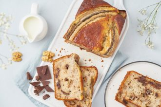 banana bread nut walnut chocolate top view sliced slice piece pan breakfast morning cup concrete t20 JzajPR