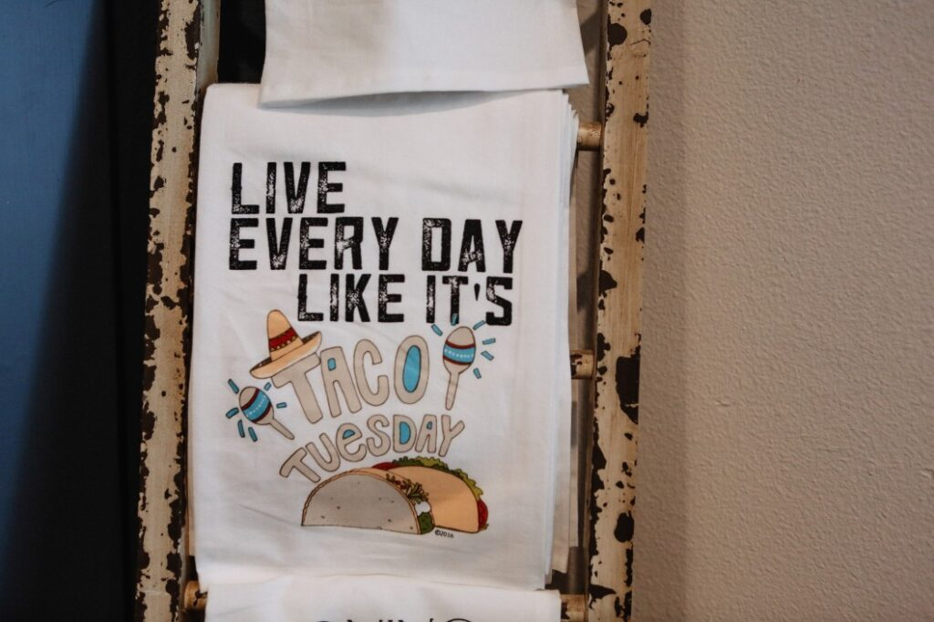 funny t shirt with slogan saying live everyday like it s taco tuesday t20 kR60Q2