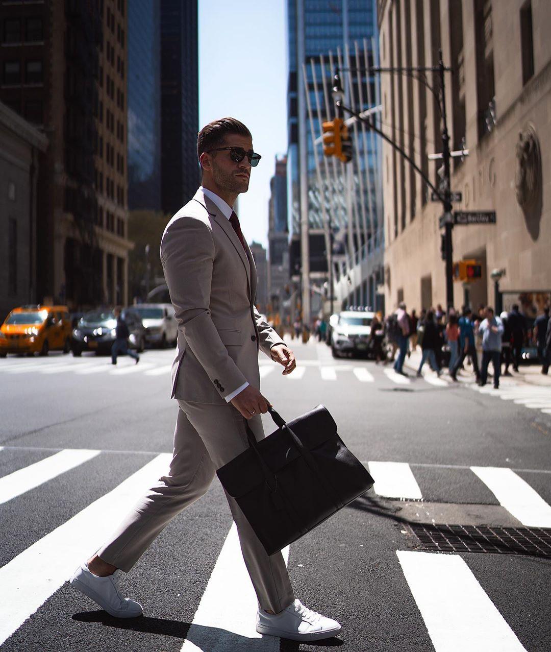 5 cách phối đồ với sneaker trắng mà chàng cứ diện đến công sở là mạnh mẽ