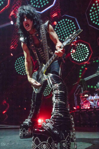415A5803-Kiss-at-the-Boston-Garden-Boston-Ma-by-Greg-Caparell-683x1024