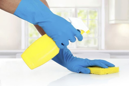 Limpiar áreas con desinfectantes