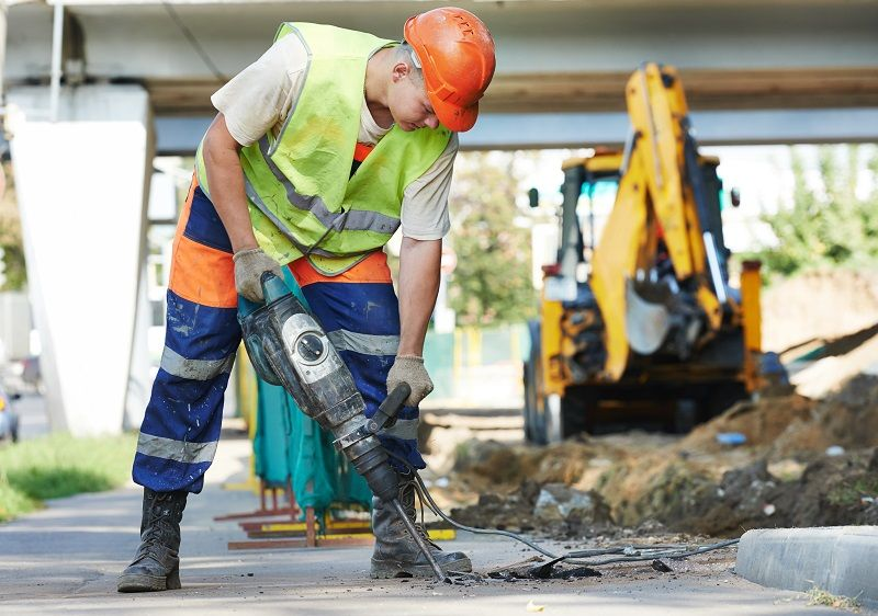 construction-worker-with-perforator-cm