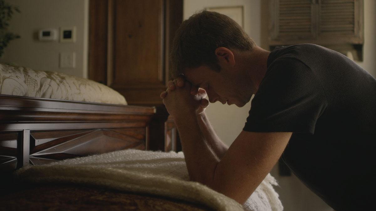 Bradley Snedeker Praying Scene