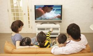 Family-watching-TV-006
