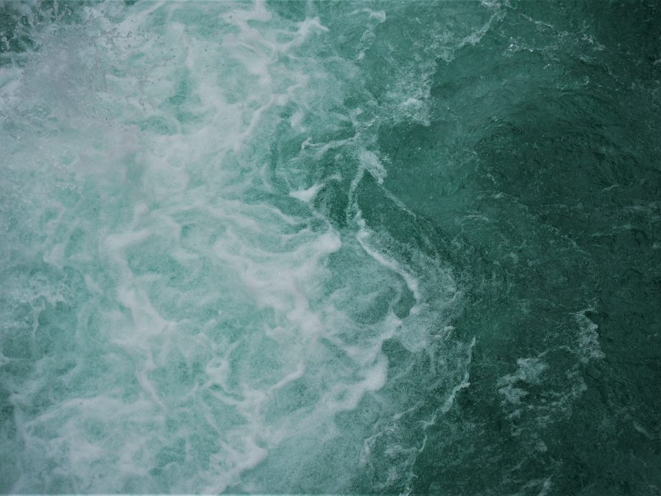 green water waves during daytime