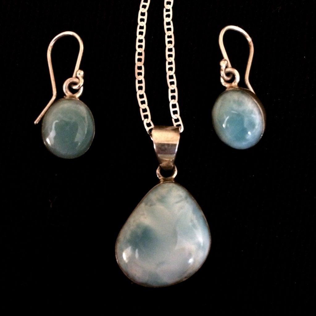 Larmier pendant and circular earrings