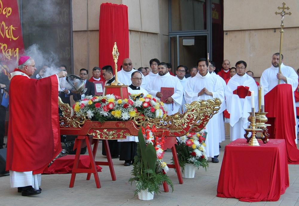 Photo/Video Mừng Đại Lễ Các Thánh Tử Đạo Việt Nam Tại Vương Cung Thánh Đường TGP-Los Angeles, 11/19/2017