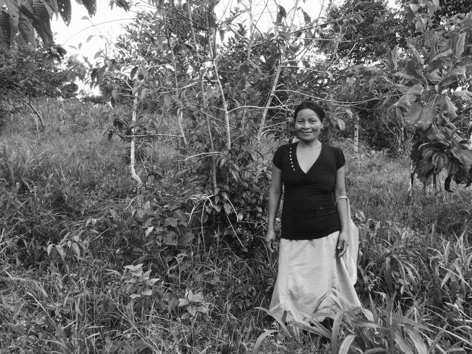 Photo in black and white from a smiling woman in the middle of the jungle,