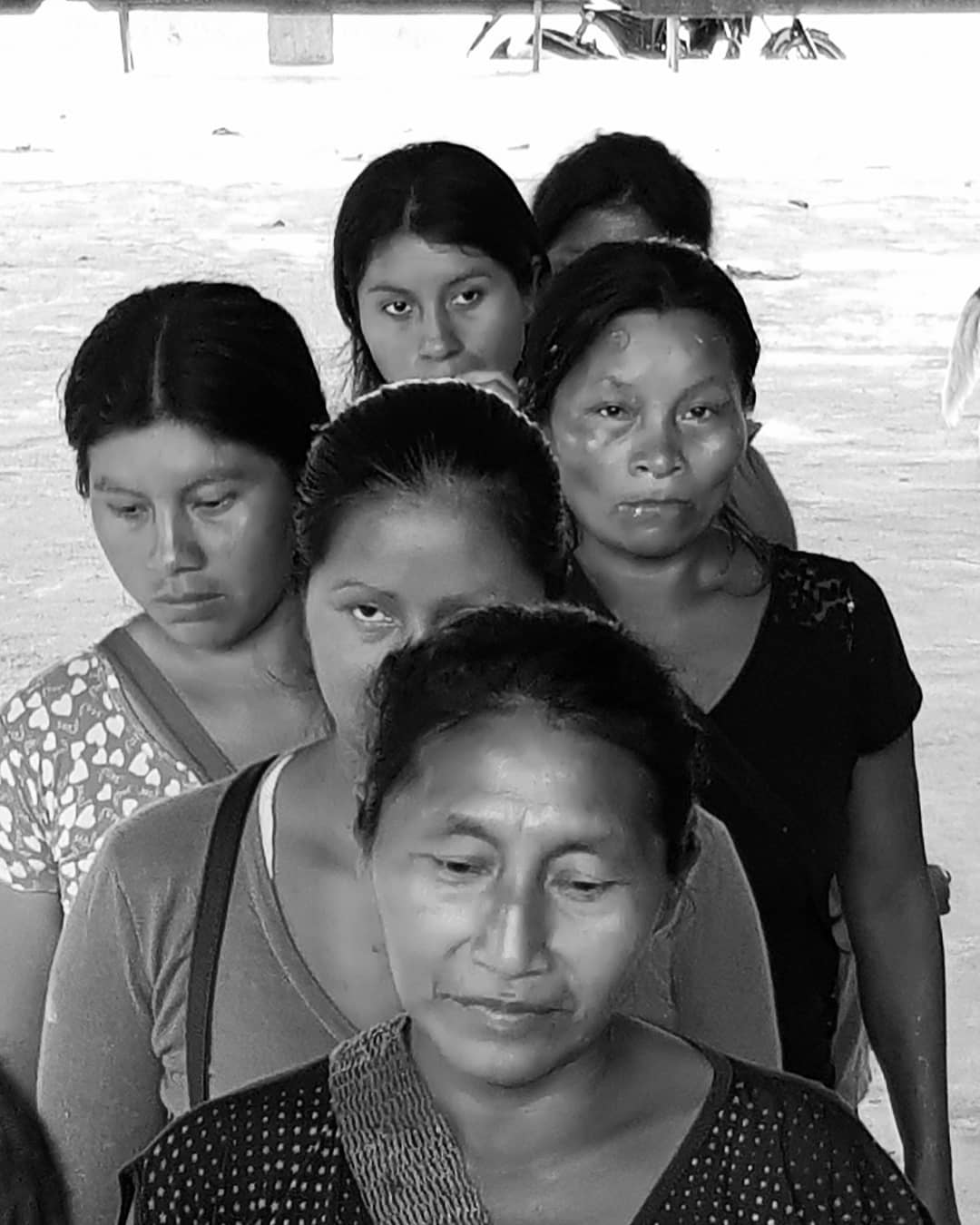 Photo in black and white from many woman in a row in the river in Napo, Tena