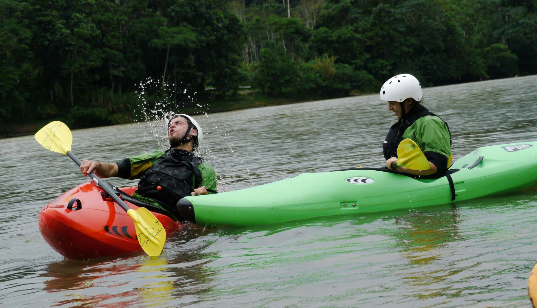 2 students learning kayak