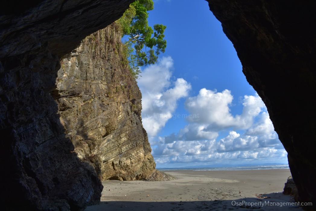 playa tortuga beach ojochal cave