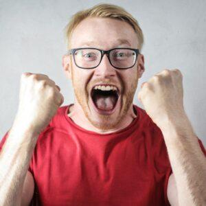 Homem com os punhos cerrados, gritando