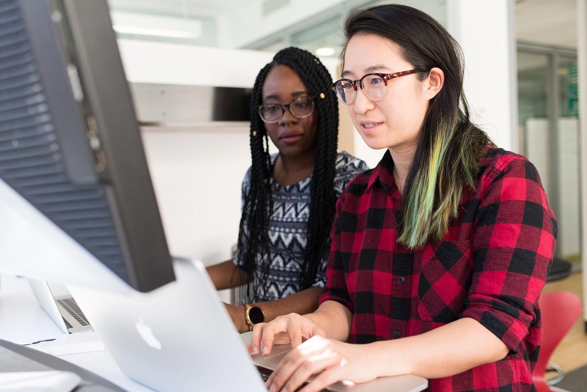 Duas mulheres em frente ao computador