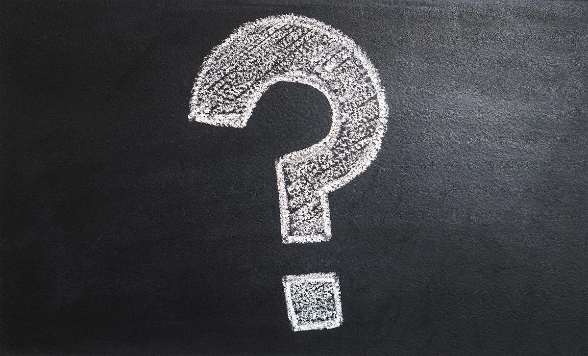 Sinal de interrogação desenhado a giz