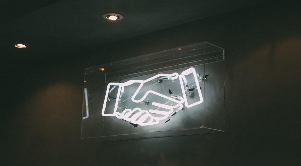 Duas mãos de luzes led se cumprimentando