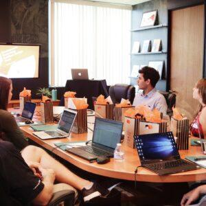 pessoas em volta de uma mesa de reunião