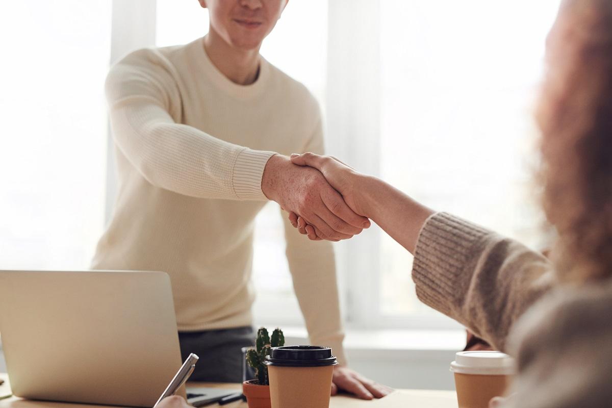Duas pessoas se cumprimentando com aperto de mãos