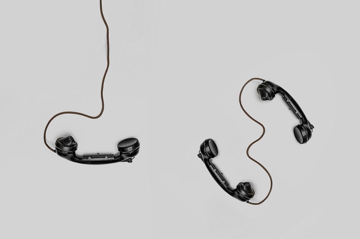 3 telefones com fio espalhados no chão