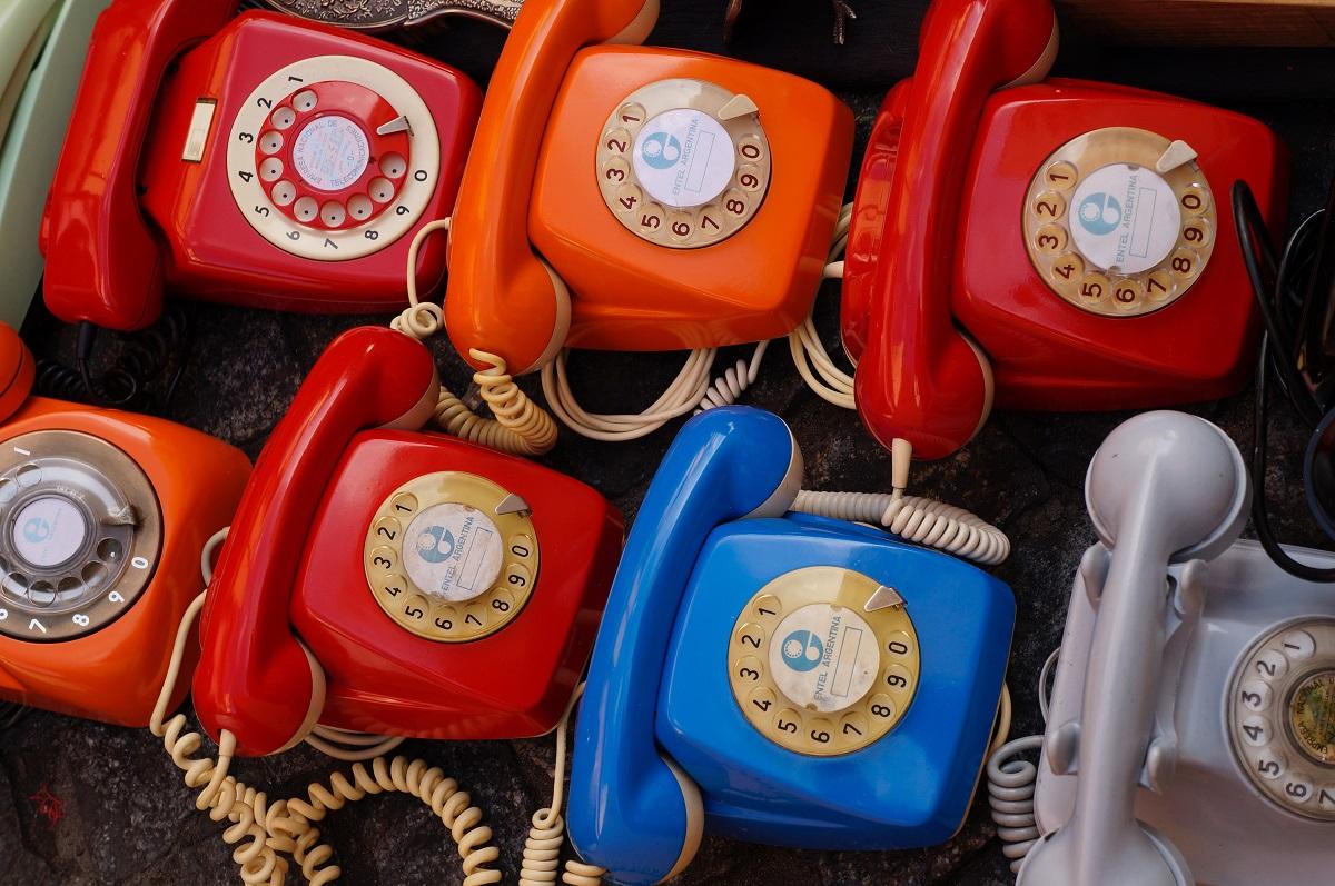 Telefones coloridos ao enfileirados