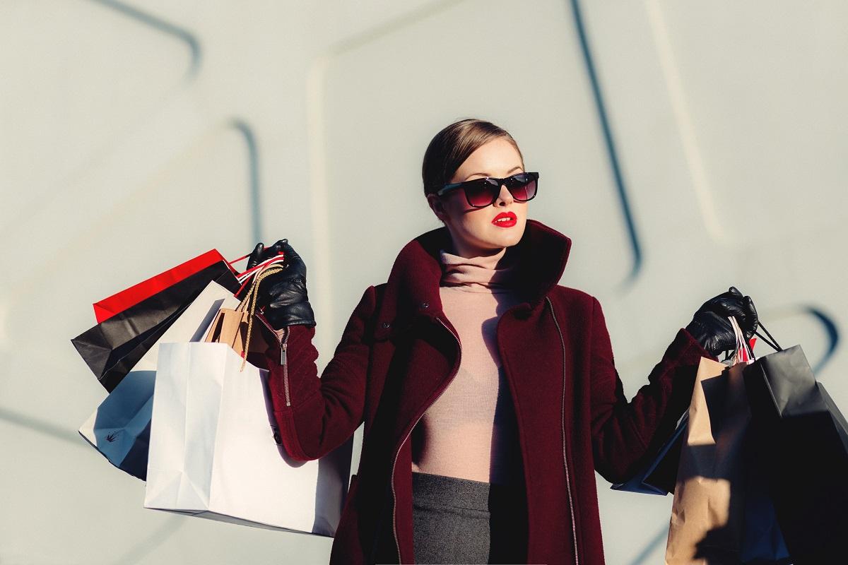 Mulher com diversas sacolas de lojas