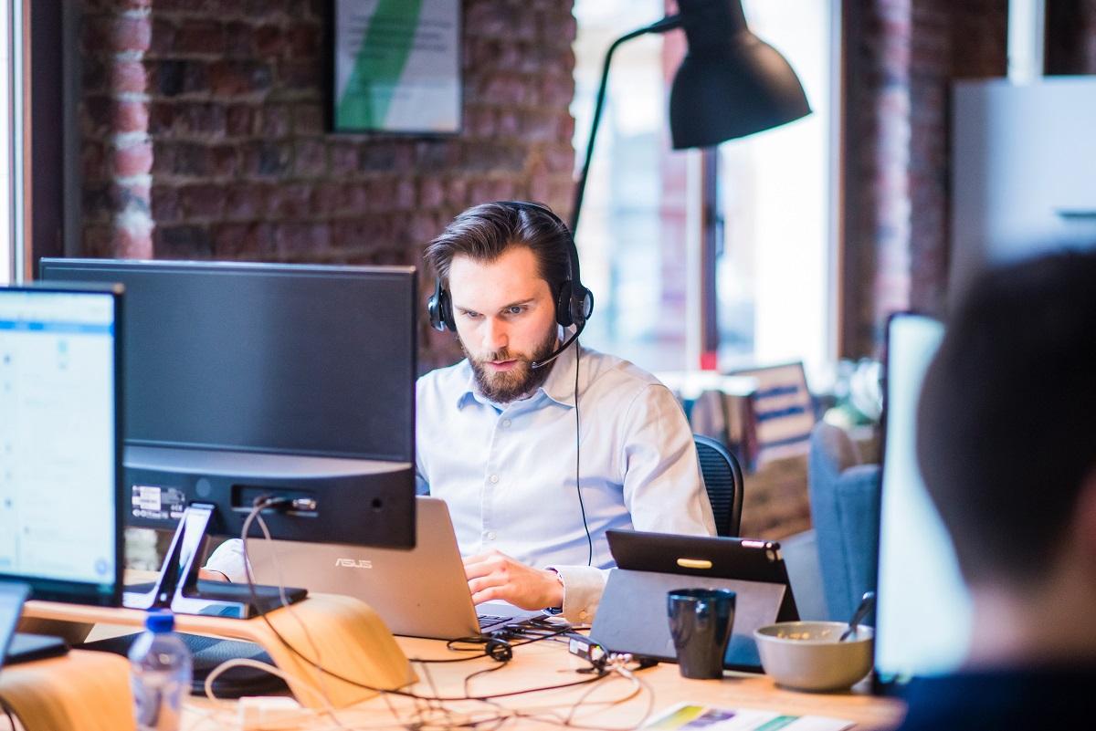 Homem em uma ligação em um call center