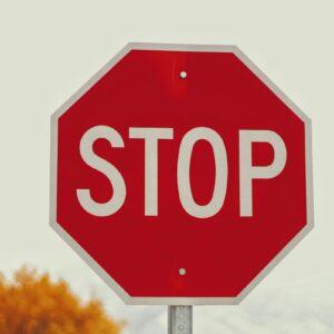 Placa de rua com o dizer STOP