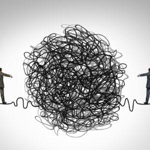 dois empresários andando em uma corda bamba com um grupo emaranhado de obstáculos que dividem os empresários