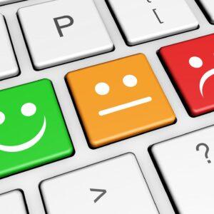 Atendimento ao cliente: botões do teclado indicam emojis com carinhas de feliz, neutro e triste