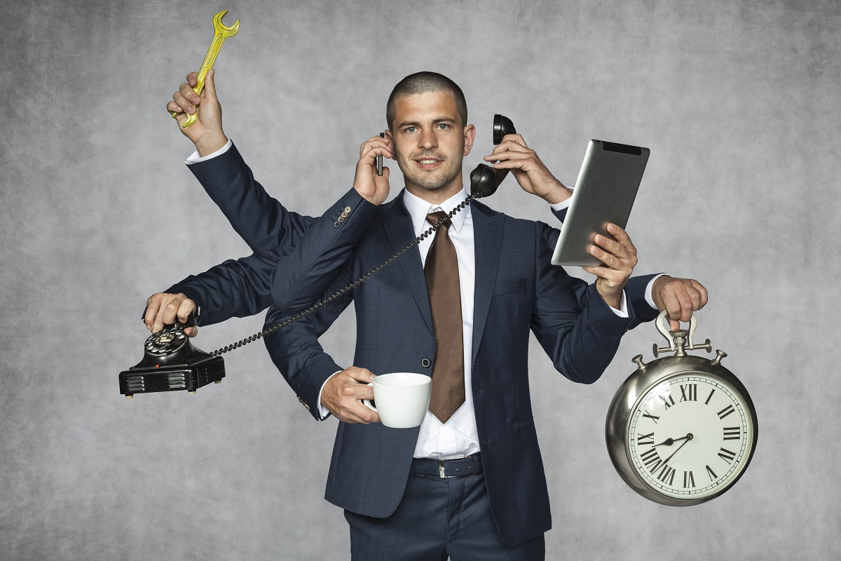 Homem de negócios multitarefas com diversos braços