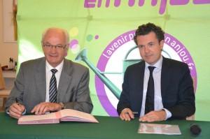 DR -  Christophe Béchu et le président du conseil d'administration du Service départemental d'incendie et de secours (SDIS) Jean  Paul Boisneau ont signé une convention qui lie la collectivité à l'établissement public pour une durée de trois ans (2013-2015).
