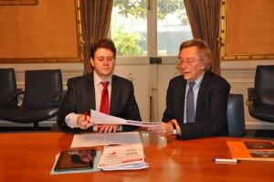 Luc Belot et Eric Groud signant la convention de partenariat