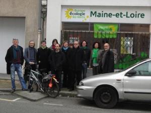 Les membres d'EELV Angers devant leur permanence.