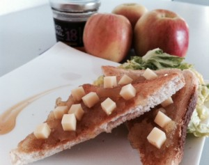 """Toastes, compote de pomme vanillée, brunoise de comté, et """"Passion vinaigrée"""""""