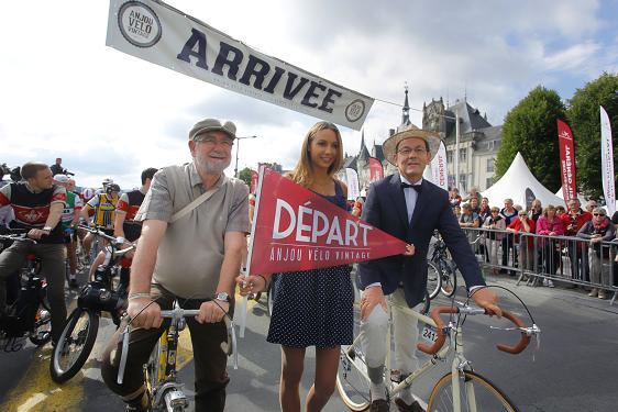 Credit Bertrand Bechard- Jean-Michel marchad, Maire de Saumur et Christian Gillet, Président du Conseil général de Maine-et-Loire au départ d'Anjou vélo Vintage, l'edition 2015 n'aura pas lieu