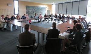 le MEDEF Anjou, l'Inspection académique et la Direction diocésaine de l'enseignement catholique de Maine et Loire ont réuni une quarantaine d'entrepreneurs, enseignants et personnels de direction des établissements publics et privés afin de dresser le bilan du Challenge «éducation - entreprise» 2013-2014 et lancer la prochaine édition.