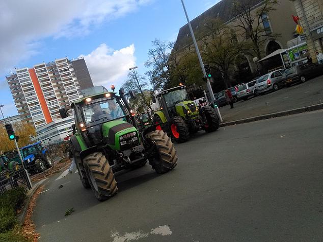 Les agriculteurs et les tracteurs entrent dans le centre-ville d'Angers