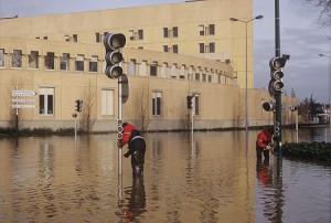 Inondations de la Maine, employés de la ville désactivant les feux tricolores, rue Larrey (01/1995) - © Ville d'Angers - Jean-Patrice Campion